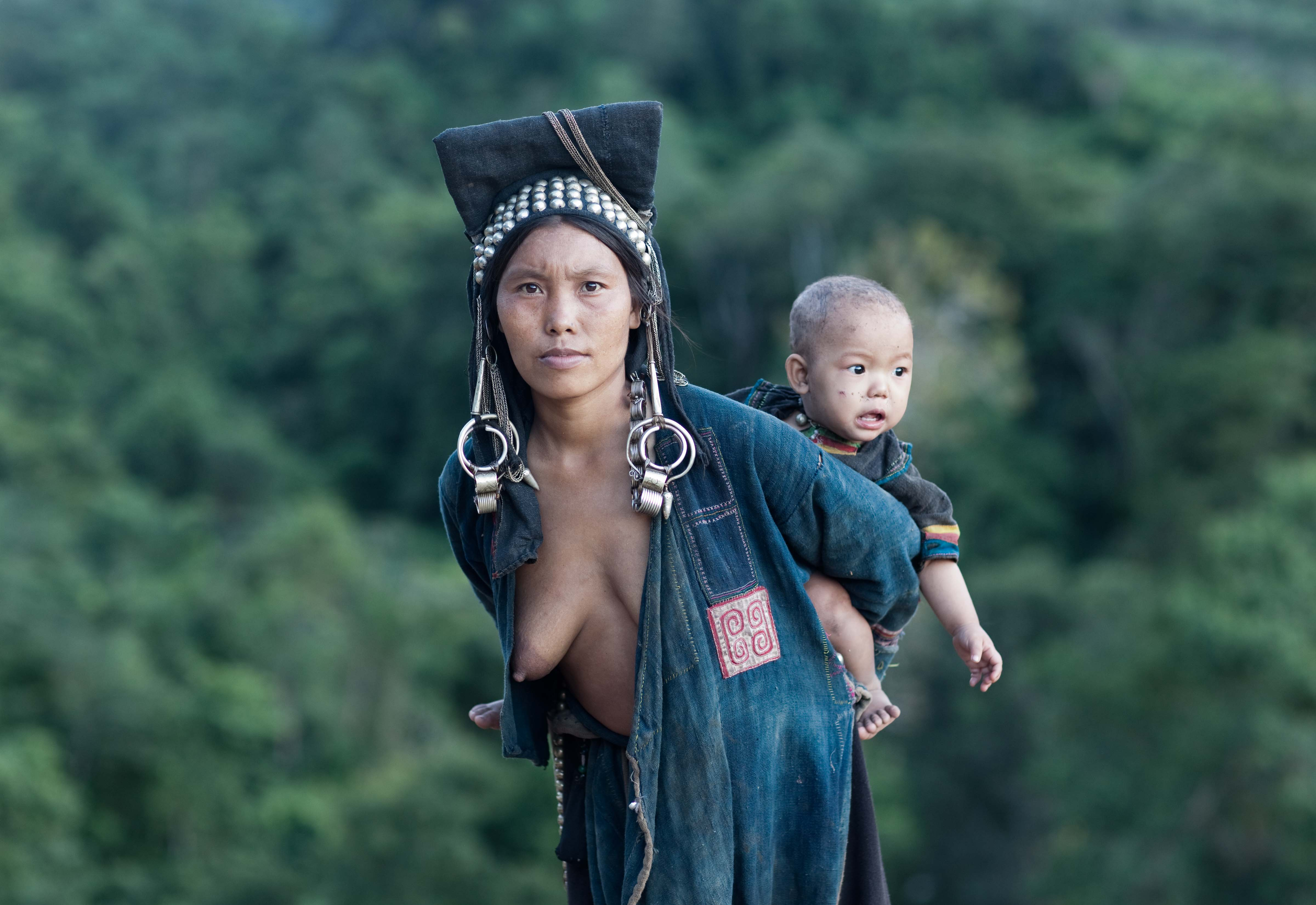 Laos, Phongsali Prov, Tribeswoman And Child, 2011, IMG 1153