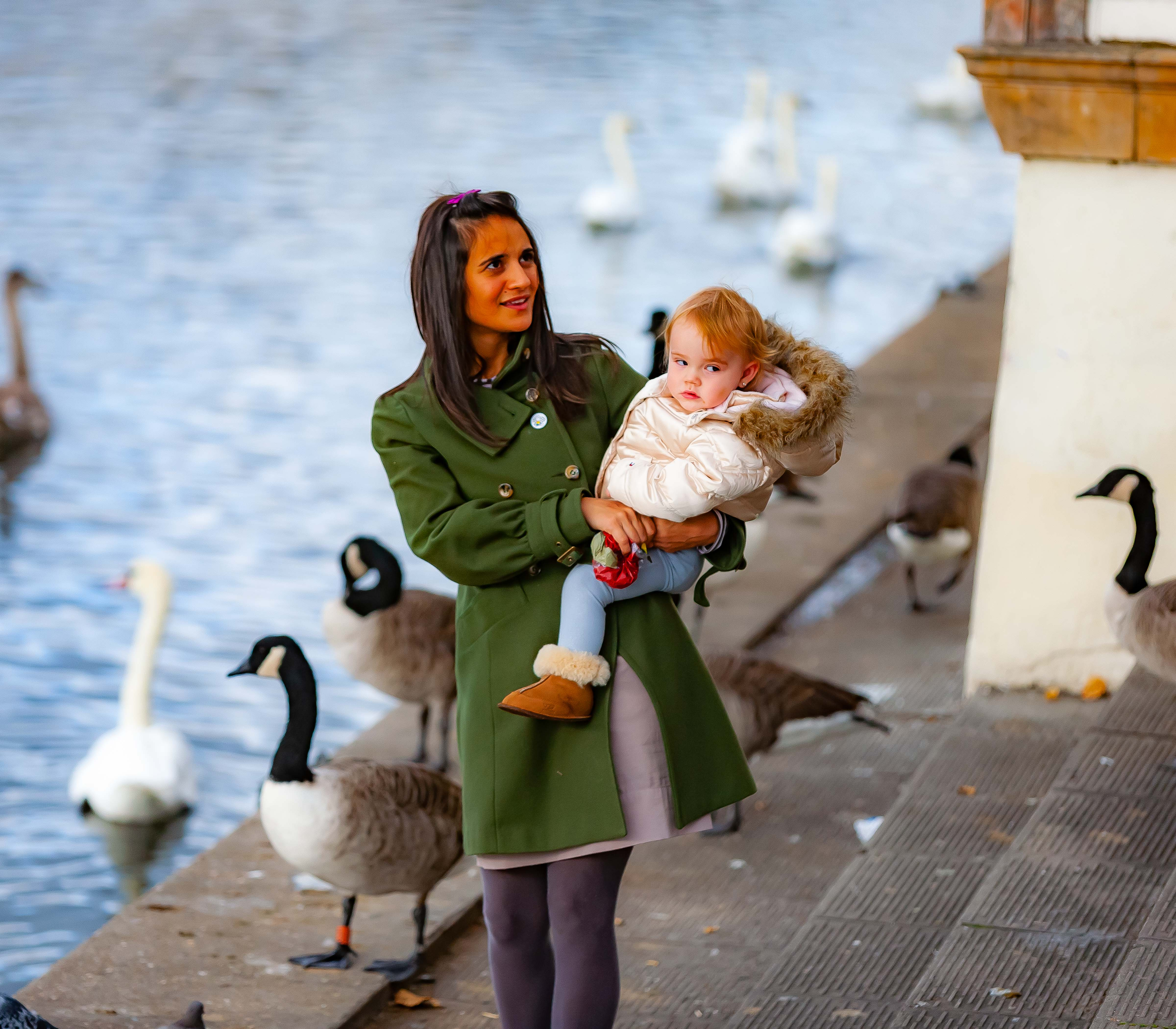 UK, Kingston upon Thames (London) Prov, Mother Child And Swans, 2009, IMG 3749